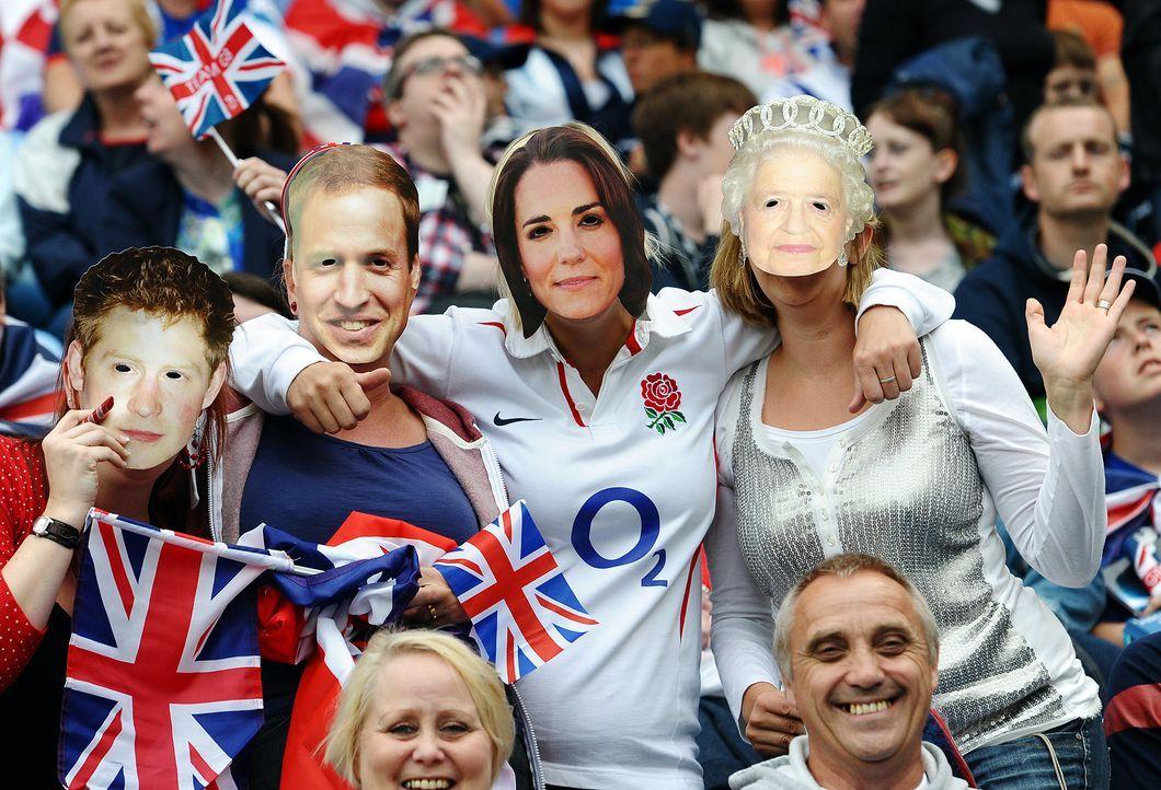 """Englische Fußballfans in """"Royals""""-Verkleidung - Bildquelle: AFP"""
