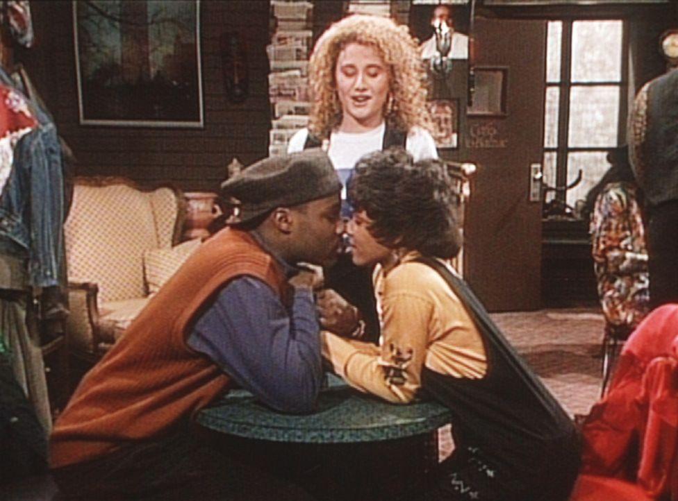 Theo (Malcolm-Jamal Warner, l.) und Justine (Michelle Thomas, r.) überlegen, ob es ratsam wäre, gegen den Willen ihrer Eltern zusammenzuziehen. - Bildquelle: Viacom