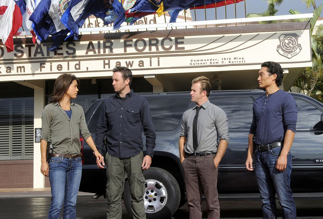 Ein neuer Fall wartet auf Steve (Alex O'Loughlin, 2.v.l.), Danny (Scott Caan, 2.v.r.), Chin (Daniel Dae Kim, r.) und Kono (Grace Park, l.) ... - Bildquelle: TM &   2010 CBS Studios Inc. All Rights Reserved.