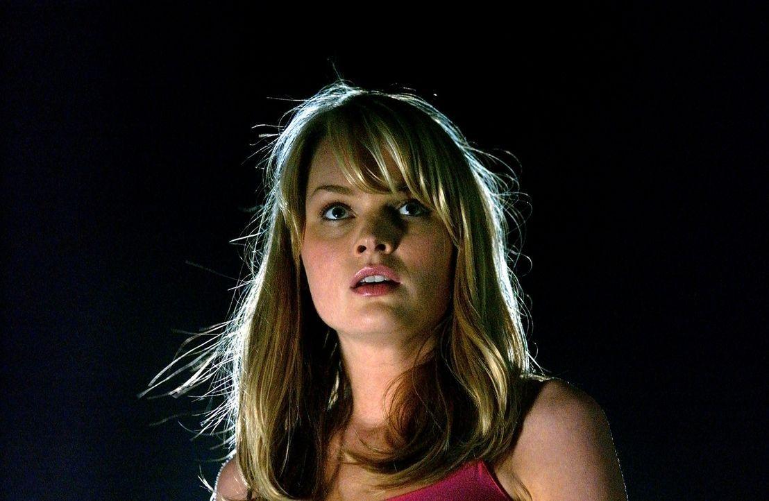 Kurz vor ihrem Tod schenkt die Mensch-Alien-Kreatur Eve einer Tochter das Leben: Sara (Sunny Mabrey), die sofort nach ihrer Geburt von dem Wissensch... - Bildquelle: 2007 MGM International Television Distribution