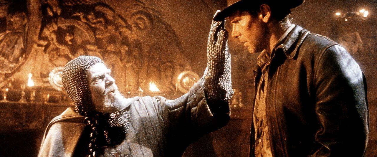 Endlich am Ziel seiner Suche angekommen, trifft Indiana Jones (Harrison Ford, r.) - für einen Ritter seltsam gewandet - auf den Jahrhunderte alten... - Bildquelle: Paramount Pictures