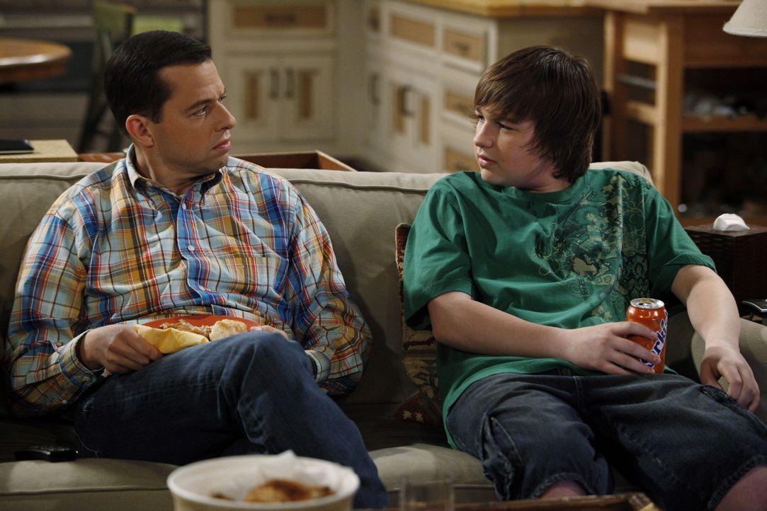 Haben so ihre Probleme: Alan (Jon Cryer, l.) und Jake (Angus T. Jones, r.) ... - Bildquelle: Warner Brothers Entertainment Inc.