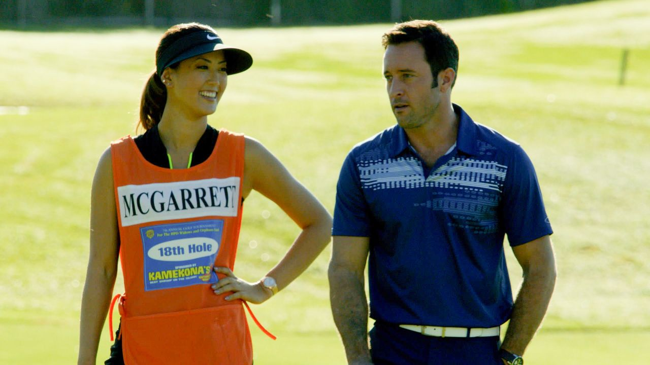 Um sich bei einem Golf-Turnier für den guten Zweck nicht zu blamieren, bekommt Steve (Alex O'Loughlin, r.) Nachhilfeunterricht von Golfspielerin Mic... - Bildquelle: 2014 CBS Broadcasting Inc. All Rights Reserved.