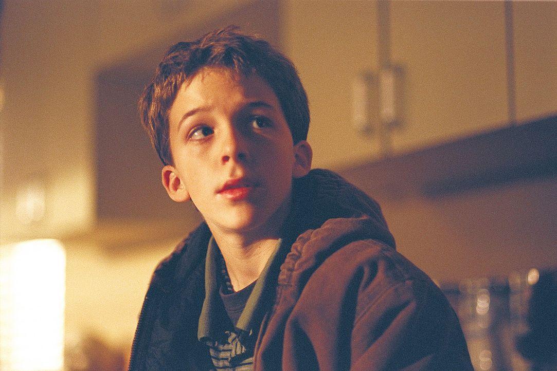 Ben (Bobby Edner) ist davon überzeugt, dass sein leiblicher Vater ein Alien ist und ihn eines Tages zu sich nach Hause holen wird ... - Bildquelle: 2004 Sony Pictures Television International. All Rights Reserved.
