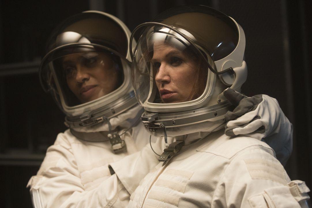 Um den Mord an einer Wissenschaftlerin, der für eine Mission zum Mars ausgebildet wurde, zu entschlüsseln, ermitteln Carrie (Poppy Montgomery, r.) u... - Bildquelle: Barbara Nitke 2015, 2016 Sony Pictures Television Inc. All Rights Reserved. / Barbara Nitke
