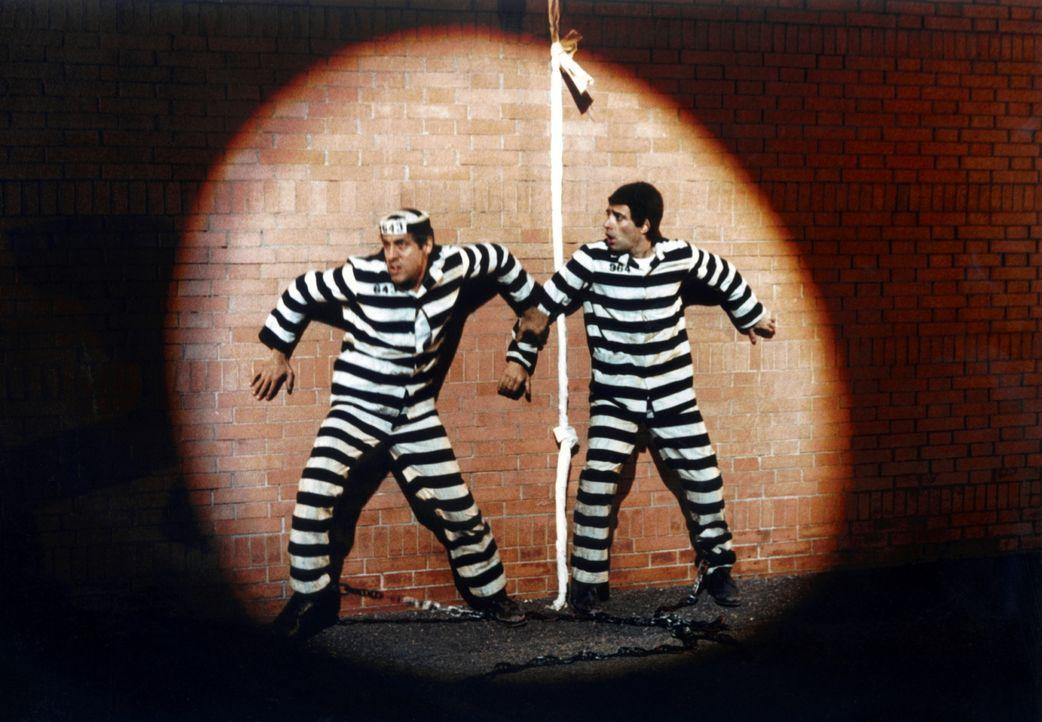 Boghi (Enrico Montesano, r.) und Eduardo (Adriano Celentano, l.) wollen aus dem Knast ausbrechen. Doch der Versuch schlägt fehl. Daraufhin träumen s...