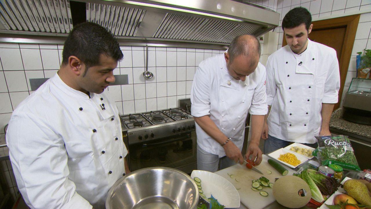 """Das Team vom """"XXL-Food-King""""  hofft auf die Hilfe von Frank Rosin (M.): Besim (l.) und Hakim (r.) ... - Bildquelle: kabel eins"""