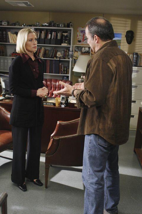 Dr. Sarah Harris (Jessica Tuck, l.) ist besorgt um ihren Sohn Nathan. Völlig entnervt erzählt sie Gideon (Mandy Patinkin, r.) von ihren Befürchtu... - Bildquelle: Touchstone Television
