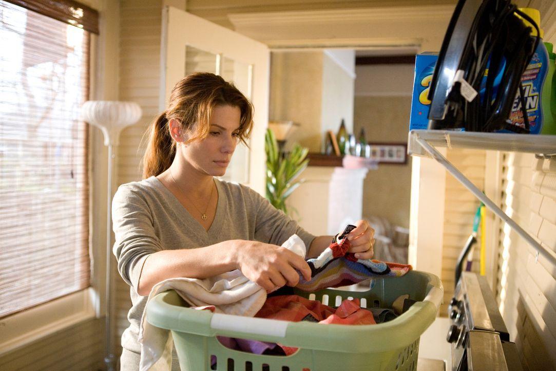 Der Tag ist für die junge Hausfrau und Mutter Linda Hanson (Sandra Bullock) völlig normal verlaufen, bis ein Polizist an ihrer Tür klingelt mit der... - Bildquelle: KINOWELT FILMVERLEIH GMBH