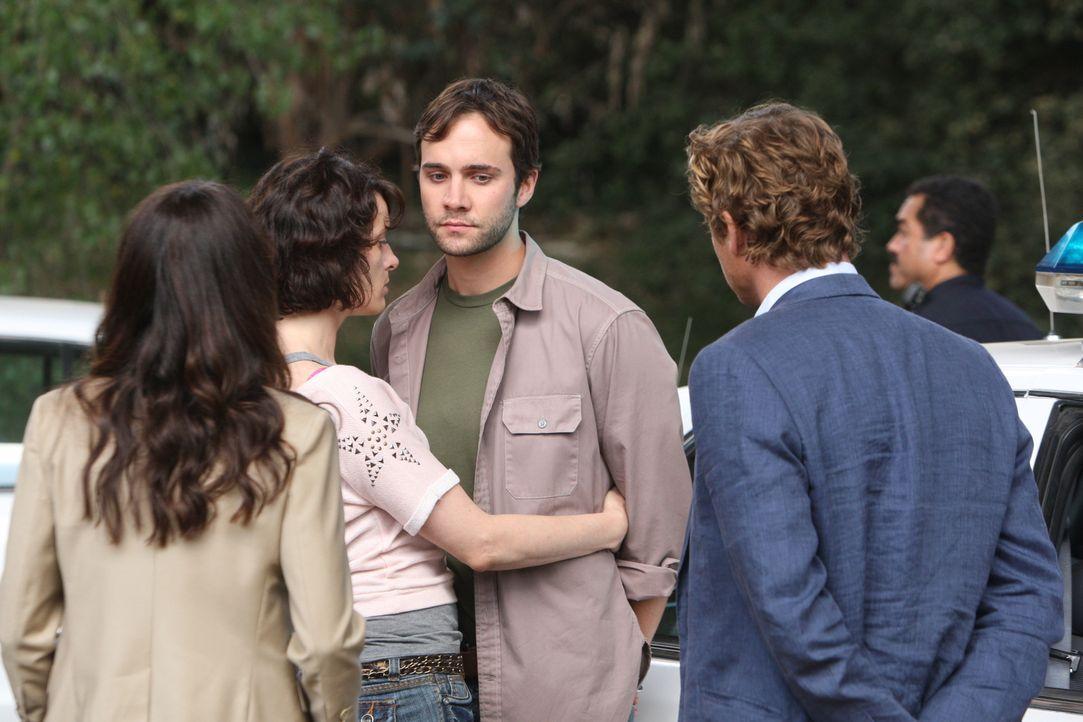 Nachdem die Leiche von Henry Dahl gefunden wurde, beginnen Patrick Jane (Simon Baker, r.) und Teresa Lisbon (Robin Tunney, l.) mit den Ermittlungen... - Bildquelle: Warner Bros. Television