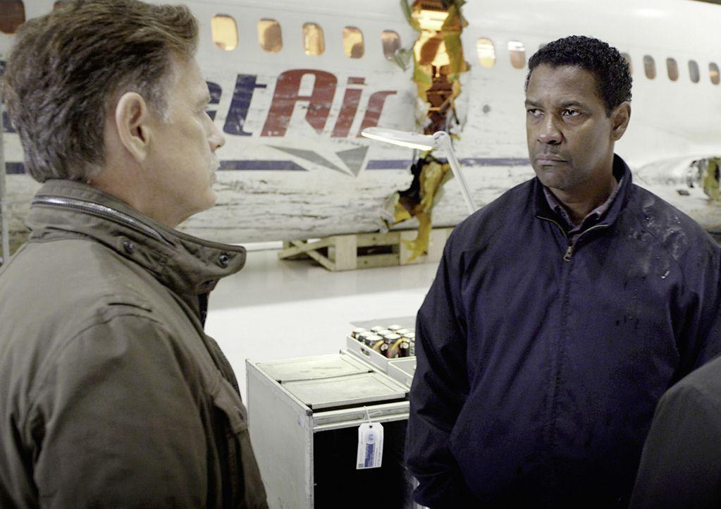 Gemeinsam mit seinem alten Freund Charlie (Bruce Greenwood, l.) besichtigt Whip (Denzel Washington, r.) das Wrack des Flugzeugs, das einen erschütte... - Bildquelle: Robert Zuckerman 2012 PARAMOUNT PICTURES. ALL RIGHTS RESERVED.