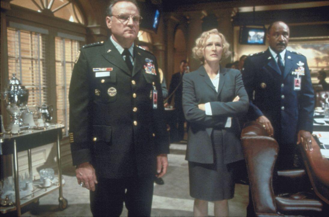 Vizepräsidentin Bennett (Glenn Close, M.) mit dem Verteidigungsminister berät, nimmt der Präsident James Marshall selbst die Pistole in die Hand... - Bildquelle: Buena Vista International