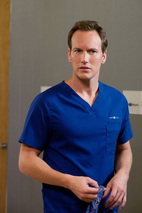Ein ehemaliger Football-Star wird in die Klinik eingeliefert und von Dr. Michael Holt (Patrick Wilson) behandelt, jedoch ohne Erfolg ... - Bildquelle: 2011 CBS BROADCASTING INC. ALL RIGHTS RESERVED