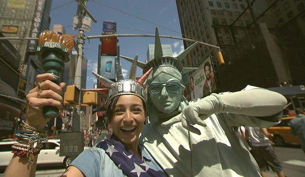 Kathy und die Freiheitsstatue - Bildquelle: kabel eins
