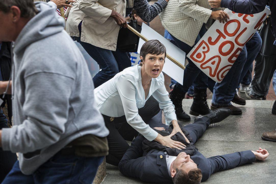 Während einer Eskort-Mission kommt ein NCIS-Agent ums Leben. Brody (Zoe McLellan) und ihre Kollegen ermitteln ... - Bildquelle: 2014 CBS Broadcasting Inc. All Rights Reserved.