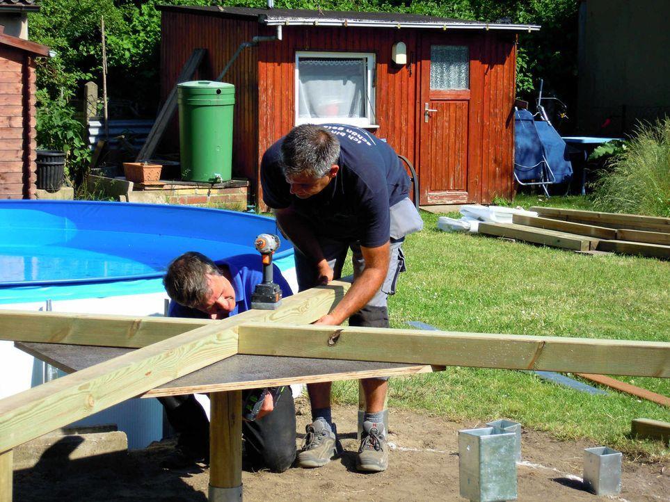 Super-Heimwerker Sascha (r.) will Computerfreak Andreas Weißer (l.) beim Verschönern seines Stahlwandpools helfen ... - Bildquelle: kabel eins