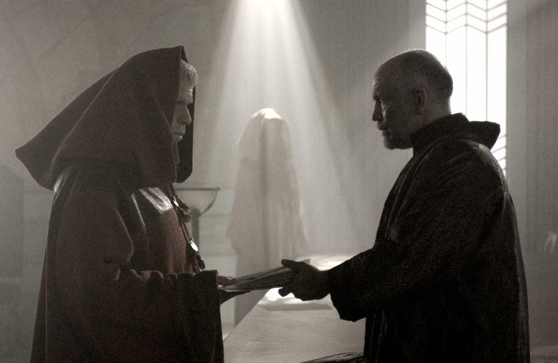 Constantine (John Malkovich, r.) schickt seinen Ordensbruder Samuel (Ron Perlmann, l.) auf ein Himmelfahrtskommando ... - Bildquelle: 2008 Campfame Limited. Mutant Chronicles International, Inc. All rights reserved.