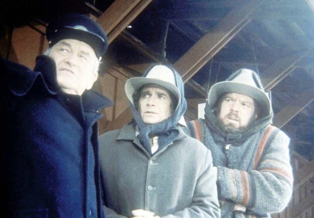 Jonathan (Merlin Olsen, r.) und Charles (Michael Landon, M.) müssen vom Stationsvorsteher erfahren, dass der Zug mit den lebenswichtigen Medikament... - Bildquelle: Worldvision