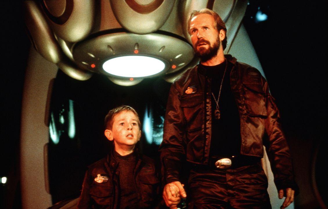 Will (Jack Johnson, l.) und sein Vater John (William Hurt, r.) werden auserwählt, die Umsiedlung der Menschheit auf einen fernen Planeten vorzuberei... - Bildquelle: New Line Cinema