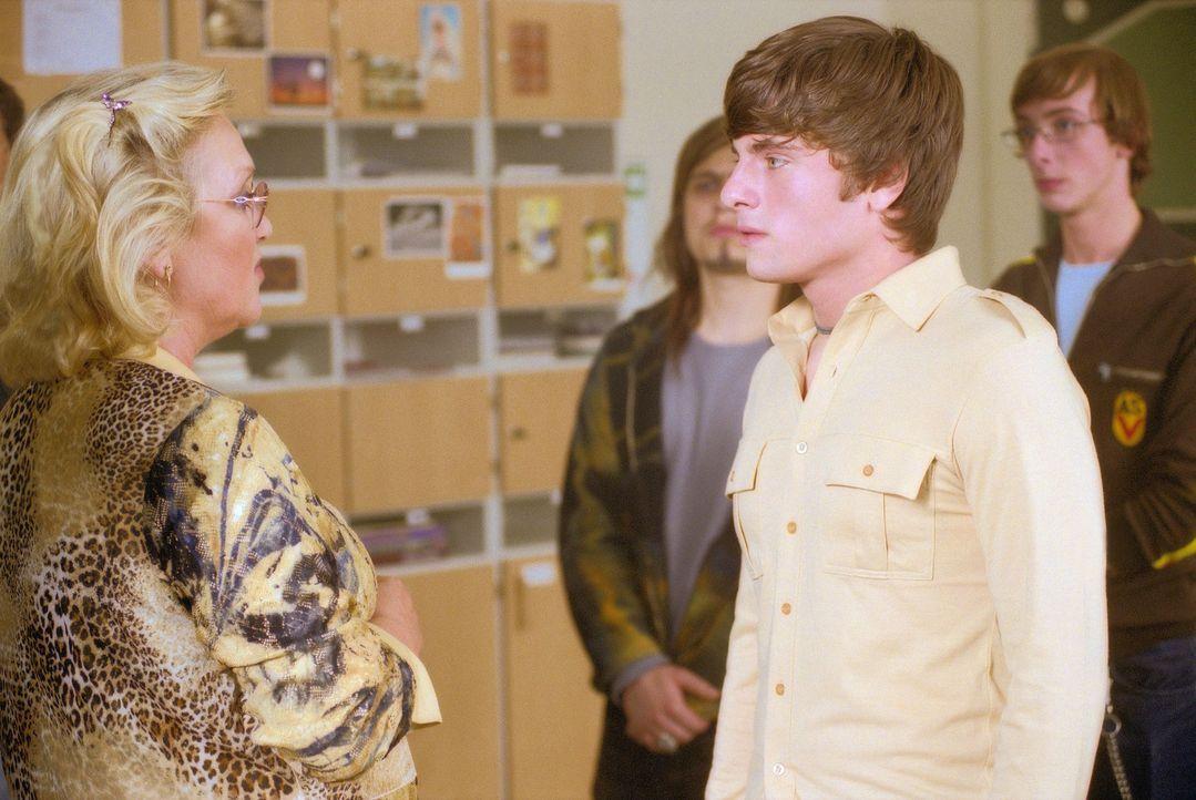 Seit der neue Schüler Frankie die Schule besucht, findet die energische Direktorin Dr. Finkeldey (Doris Kunstmann, l.) keine Ruhe mehr. Auch Franki... - Bildquelle: Gordon Mühle ProSieben
