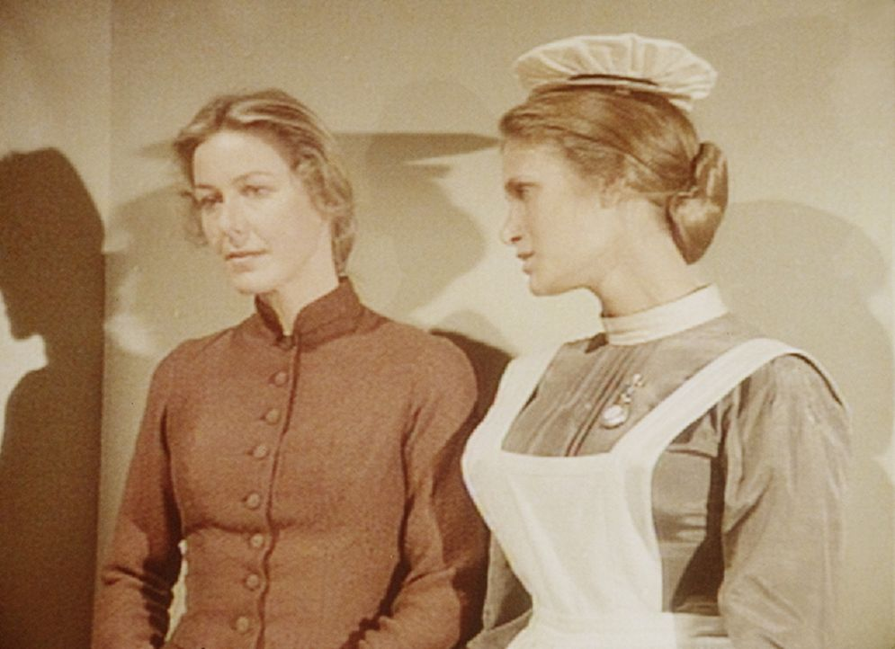 Caroline (Karen Grassle, l.) macht sich große Sorgen um ihre Tochter Mary. Doch Schwester Johnson (Naomi Ross, r.) kann sie beruhigen. Denn Mary be... - Bildquelle: Worldvision