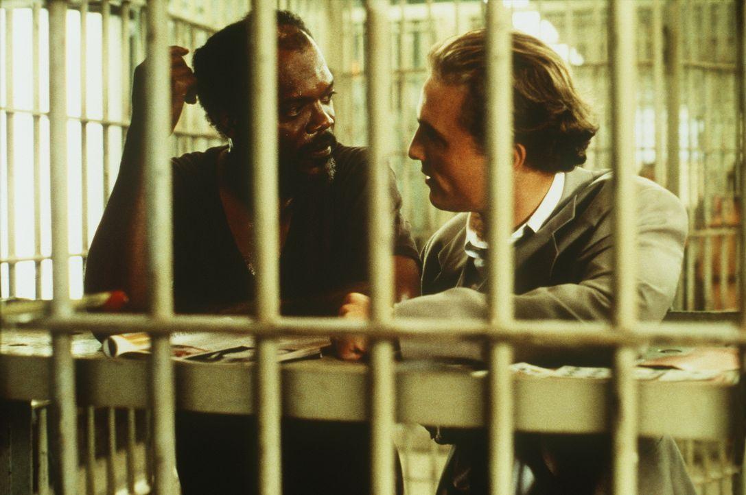 Weil Carl Lee Hailey (Samuel L. Jackson, l.) die Vergewaltiger seiner 10-jährigen Tochter umbringt, sucht sein Verteidiger Jake Brigance (Matthew Mc... - Bildquelle: Warner Bros.