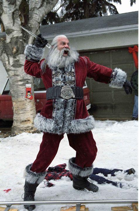 Früher zog Santa (Bill Goldberg), der Sohn vom Satan, jedes Jahr an Weihnachten mordend und meuchelnd über die Lande. Doch dann verlor er gegen eine... - Bildquelle: E.M.S. New Media AG