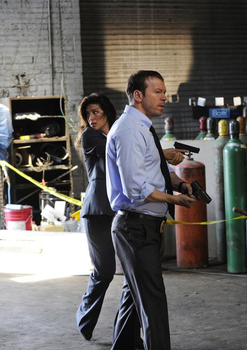 Können Jackie (Jennifer Esposito, l.) und Danny (Donnie Wahlberg, r.) den Täter endlich schnappen? - Bildquelle: 2011 CBS Broadcasting Inc. All Rights Reserved