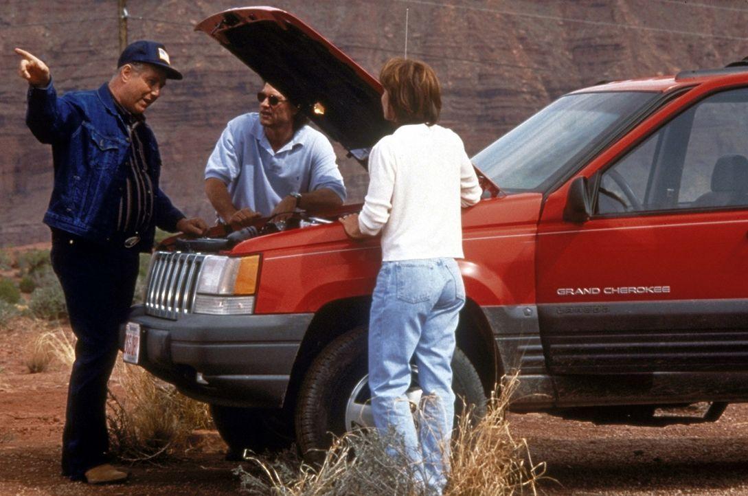 Als sich der hilfsbereite Trucker Red Barr (J. T. Walsh, r.) bereit erklärt, Amy (Kathleen Quinlan, l.) mit zur nächsten Tankstelle zu nehmen, ble... - Bildquelle: Paramount Pictures