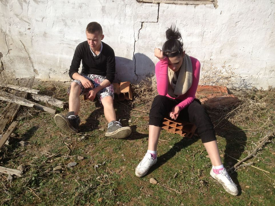 Wie lange werden es die beiden verwöhnten Teenager David (l.) und Angelina (r.) bei ihrer Gastfamilie in Mazedonien aushalten? - Bildquelle: kabel eins