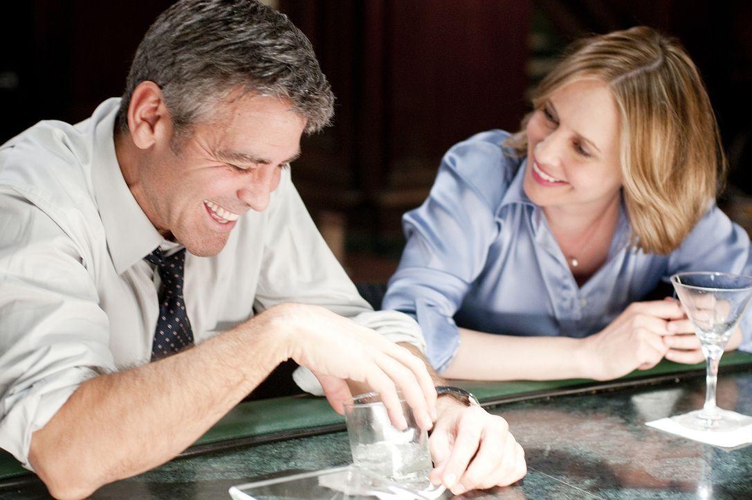 Auf einem seiner Flüge lernt Ryan (George Clooney, l.) die Geschäftsfrau Alex (Vera Farmiga, r.) kennen. Obwohl beide zunächst nur sexuelle Befriedi... - Bildquelle: TM and   2009 by DW Studios LLC. All rights reserved.