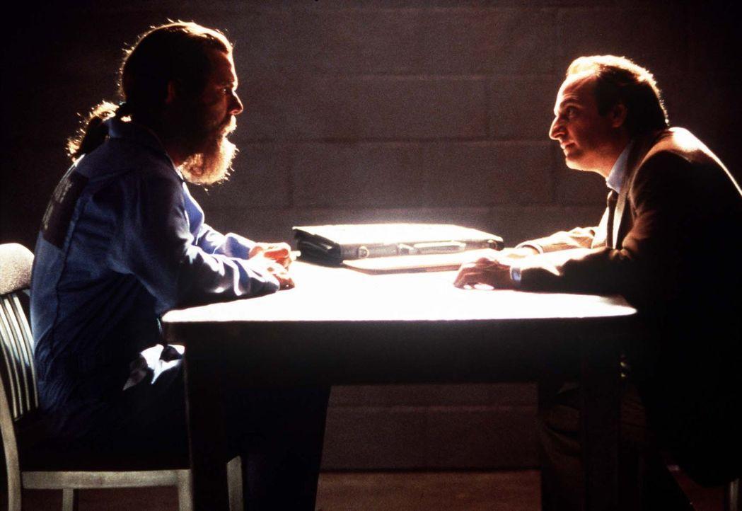 Für den Pflichtverteidiger Elliot Goff (David Paymer, r.) ein klarer Fall. Der besoffene Penner William (Dennis Quaid, l.) ist der Täter ... - Bildquelle: Orion Pictures Entertainment
