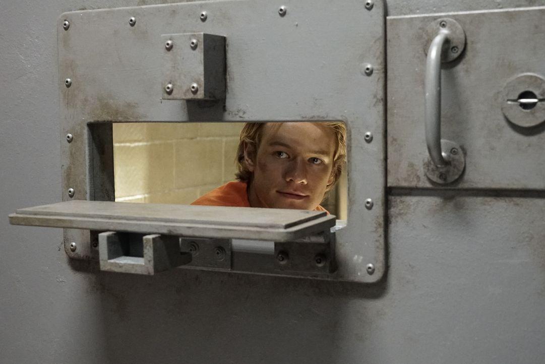 Hinter den Gittern eines Hochsicherheitsgefängnisses ermittelt Angus MacGyver (Lucas Till) verdeckt als Insasse, um einen Drogenbaron und sein Karte... - Bildquelle: 2016 CBS Broadcasting, Inc. All Rights Reserved