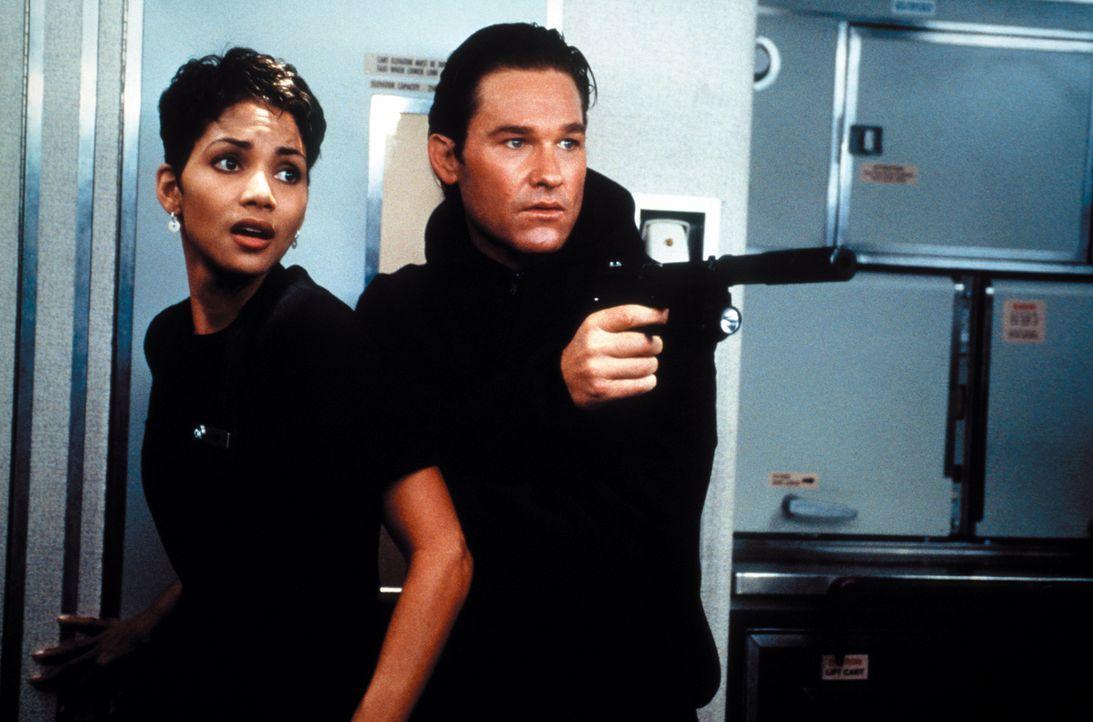 Für die Flugbegleiterin Jean (Halle Berry, l.) und Grant (Kurt Russell, r.) beginnt ein gnadenloser Wettlauf mit der Zeit, denn die US-Regierung wil... - Bildquelle: Warner Bros. Pictures