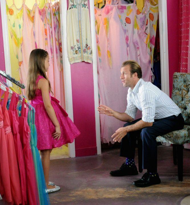 Eigentlich wollte sich Danny (Scott Caan, r.) einfach nur auf seinen Vater-Tochter-Tanzabend mit Grace (Teilor Grubbs, l.) freuen, aber wie immer ma... - Bildquelle: 2012 CBS Broadcasting, Inc. All Rights Reserved.