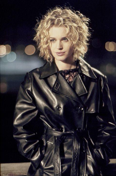 Auf ihrer Flucht vor der Polizei platzt Meisterdiebin Laure Ash (Rebecca Romijn-Stamos) mitten in die Trauermesse einer Beerdigung und wird dort fü... - Bildquelle: Epsilon Motion Pictures