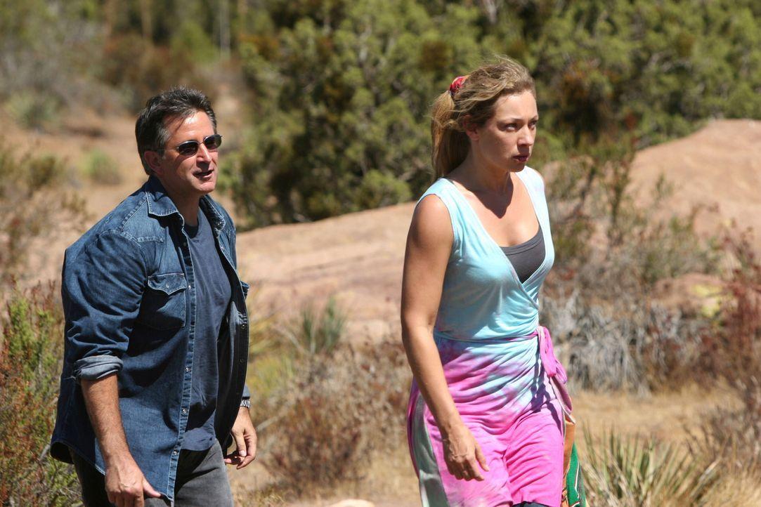 Ist Jacks (Anthony LaPaglia, l.) Befürchtung wahr, dass Lucy (Alex Kingston, r.) ihren Mann selbst entführen lies? - Bildquelle: Warner Bros. Entertainment Inc.
