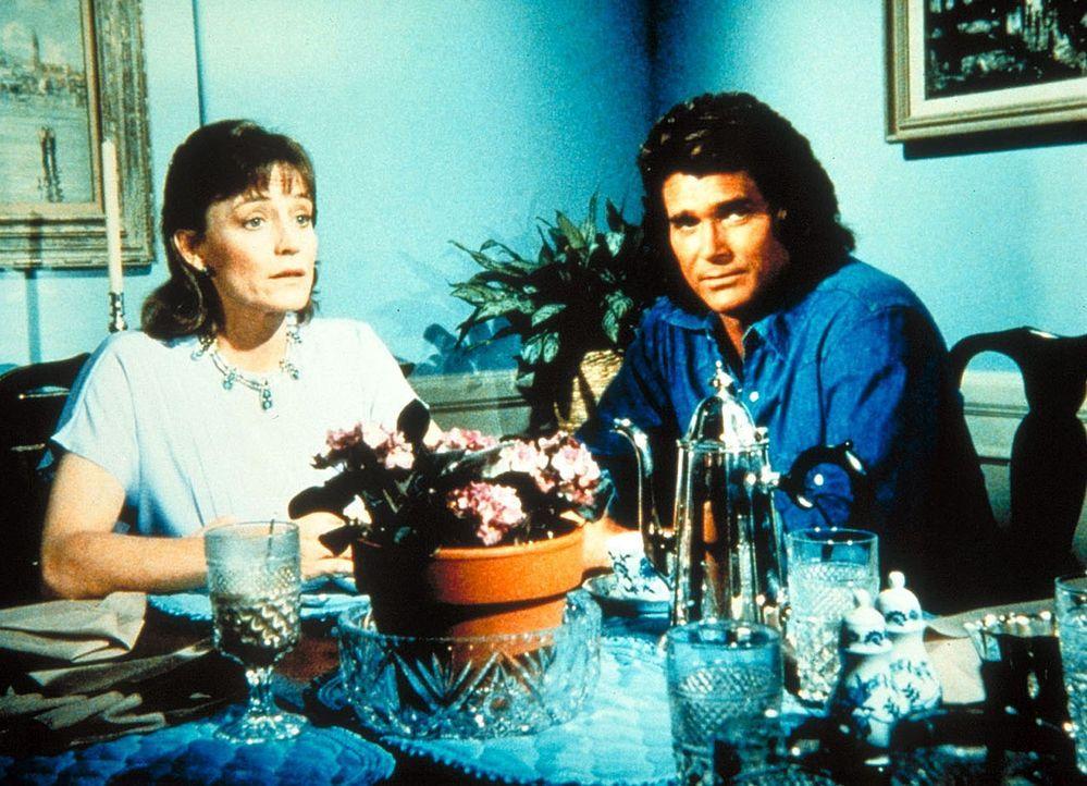 Jonathan (Michael Landon, r.) gibt sich bei Arthurs Mutter (Carrie Snodgress, l.) als Freund ihres tödlich verunglückten Mannes aus. - Bildquelle: Worldvision Enterprises, Inc.