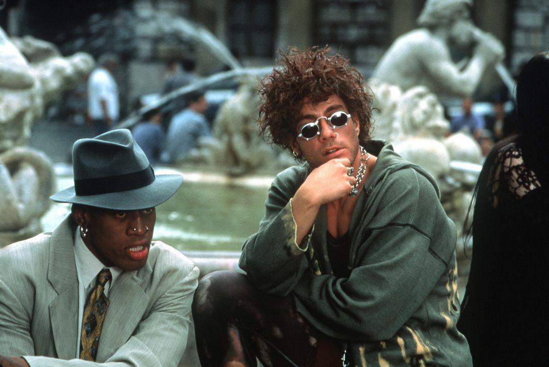 Double Team: Um die Täter überführen zu können, greifen Jack Quinn (Jean-Claude van Damme, r.) und Yaz (Dennis Rodman, l.) zu unkonventionellen Ermi... - Bildquelle: Columbia TriStar