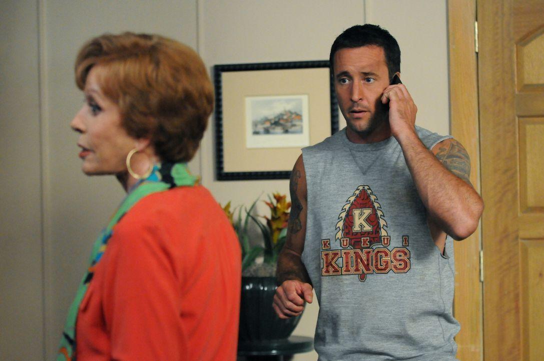 Während der Ermittlungen in einem neuen Fall bekommt Steve (Alex O'Loughlin, r.) überraschend Besuch von seiner Tante Deb (Carol Burnett, l.) ... - Bildquelle: 2013 CBS BROADCASTING INC. All Rights Reserved.