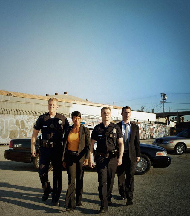 (3. Staffel) - Was für Officer John Cooper (Michael Cudlitz, l.), Detective Lydia Adams (Regina King, 2.v.l.) und Detective Sammy Bryant (Shawn Hato... - Bildquelle: Warner Brothers
