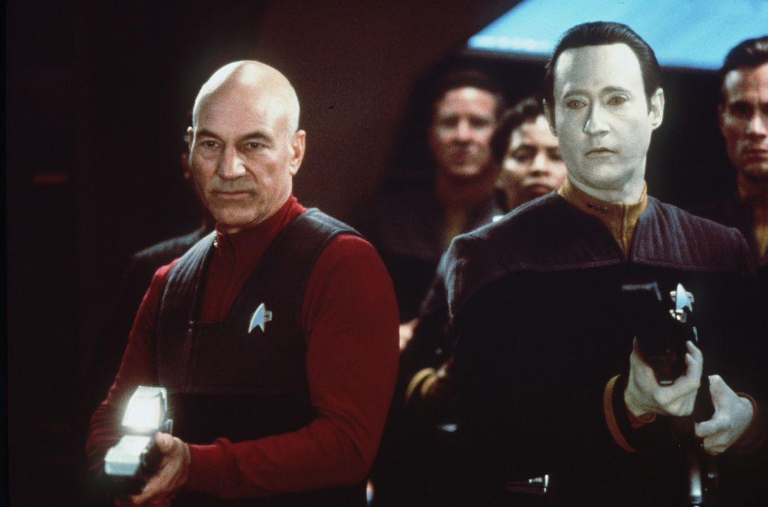 Captain Picard (Patrick Stewart, l.) und Data (Brent Spiner, r.) führen die Besatzung der Enterprise in den Kampf gegen die Borg ... - Bildquelle: Paramount Pictures