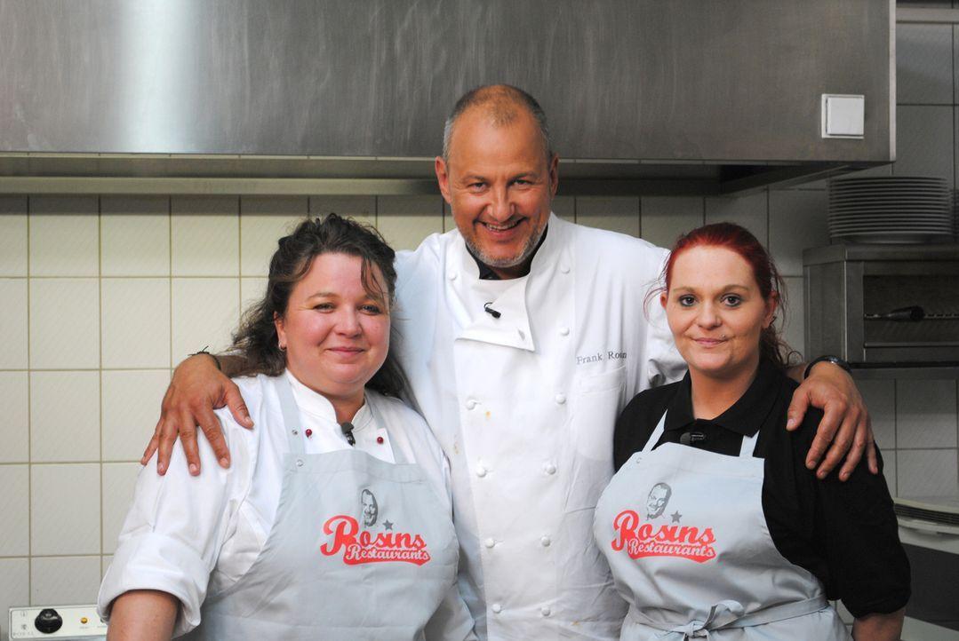 """Sternekoch Frank Rosin (M.) ist in Beutelsbach in Niederbayern zugange, um Sabine Reichenberger (l.) und ihrer Küchenhilfe Bianca (r.) im """"Roadhouse... - Bildquelle: kabel eins"""