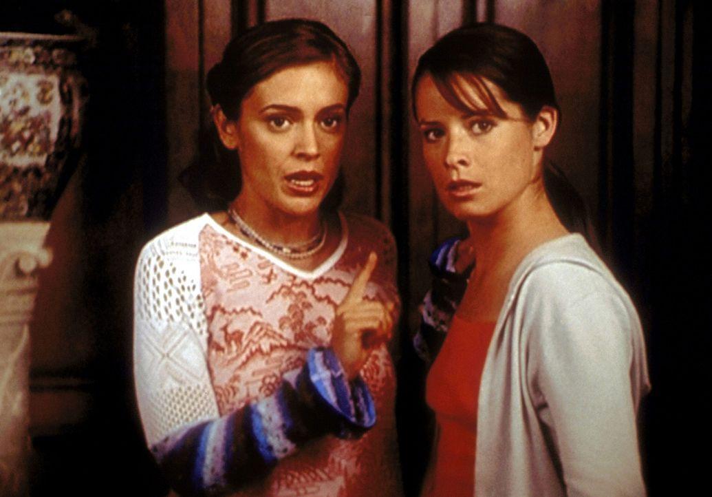 Phoebe (Alyssa Milano, l.) und Piper (Holly Marie Combs, r.) können es kaum glauben, dass ein Geist es auf ein unschuldiges Baby abgesehen hat .... - Bildquelle: Paramount Pictures