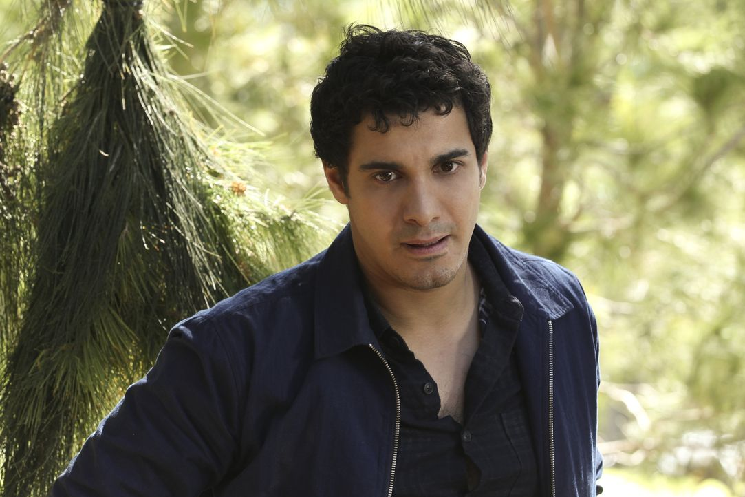 Als ein Wandergruppe sich bei einer Tour verirrt, wollen Walter (Elyes Gabel) und sein Team diese retten - doch dann kommt es ganz anders ... - Bildquelle: Sonja Flemming 2014 CBS Broadcasting, Inc. All Rights Reserved / Sonja Flemming