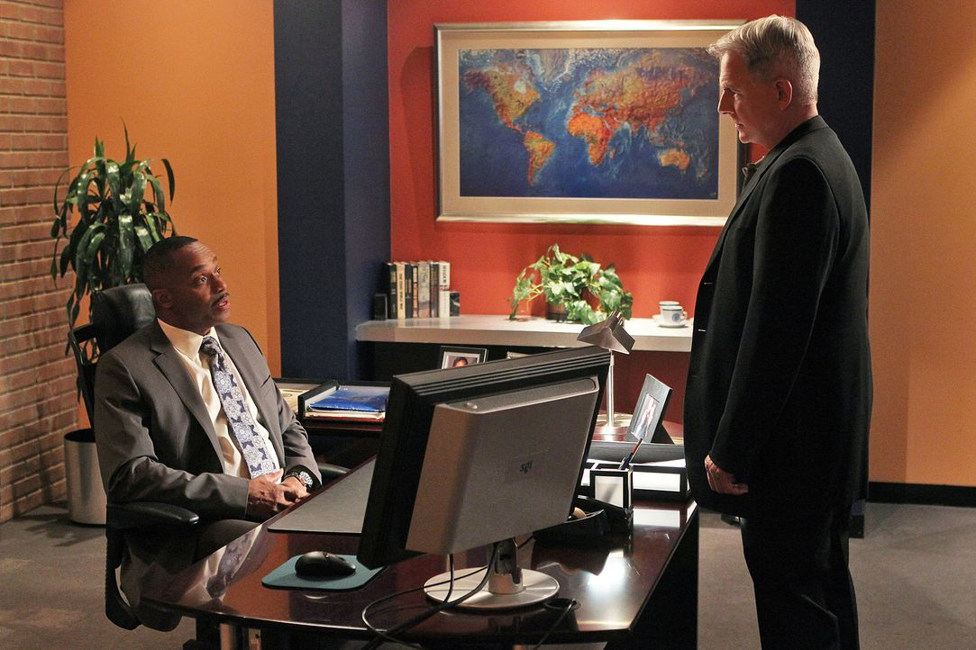 Gibbs (Mark Harmon, r.) wird gezwungen, mit Dean zusammenzuarbeiten, der als Mittelsmann des Kartells unterwegs ist. Gibbs informiert Vance (Rocky C... - Bildquelle: CBS Television