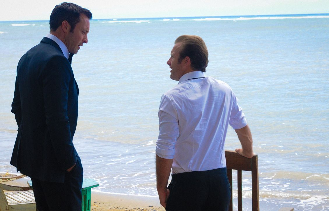 Eine gestohlene Atombombe, die gezündet werden soll, befindet sich auf der Insel. Für Steve (Alex O'Loughlin, l.), Danny (Scott Caan, r.) und das re... - Bildquelle: 2015 CBS Broadcasting Inc. All Rights Reserved.