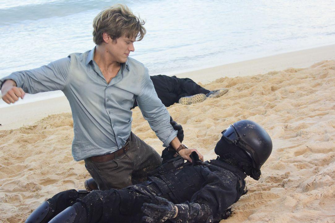 Showdown am Strand von Hawaii: MacGyver (Lucas Till) kämpft mit einem chinesischen Elitesoldat, der hochgefährliche Waffen aus einem Regierungs Labo... - Bildquelle: Norman Shapiro 2017 CBS Broadcasting, Inc. All Rights Reserved / Norman Shapiro