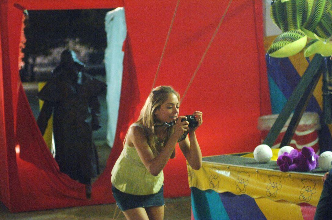 Als begeisterte Fotografin hält Amber (Brooke Nevin) alles mit ihrer Kamera fest. Leider sieht sie nicht, was hinter ihrem Rücken vor sich geht ... - Bildquelle: 2006 Destination Film Distribution Company, Inc. All Rights Reserved.