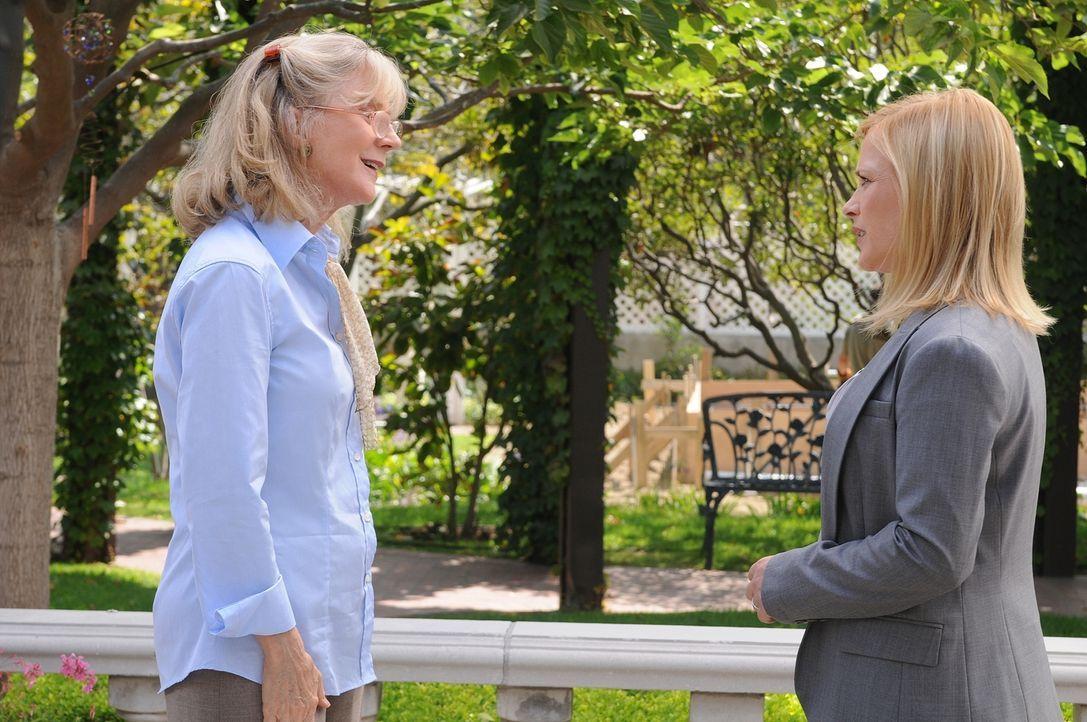 Eine junge Frau verschwindet anscheinend grundlos. Allison (Patricia Arquette, r.) unterhält sich mit der Mutter (Blythe Danner, l.) der Vermissten. - Bildquelle: Paramount Network Television